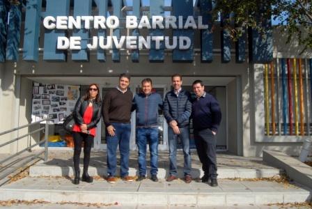 Jorge Macri con Walter Festa, Leonardo Coppola, Gisele González y Leonardo Rial en la puerta del Centro Barrial de Juventud.