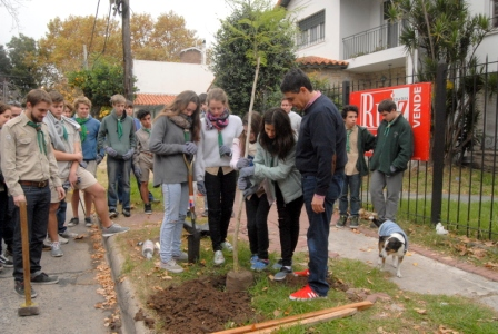 El intendente de Vicente López, Jorge Macri, acompañó al voluntariado de la Dirección de juventud y a los Scouts de la Comunidad Húngara a la plantación de árboles.
