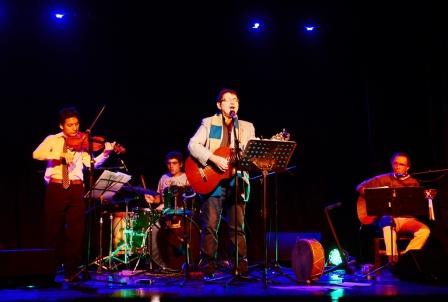 El cantautor sanfernandino Carlos Alonso presentó en el histórico escenario de Victoria (Lavalle 3021) el espectáculo 'Camino a la Esperanza', un tributo a la vasta obra de uno de los referentes más grandes que tuvo el folklore nacional.