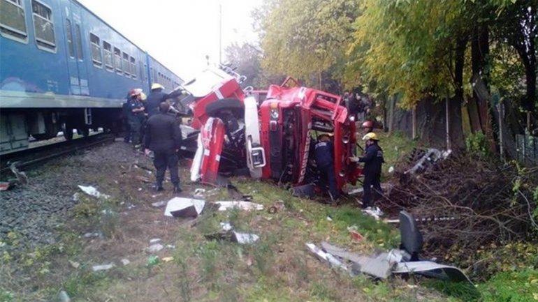 Bomberos voluntarios de San Miguel salvaron de milagro sus vidas, tras ser arrollado por un tren el camión en el que iban