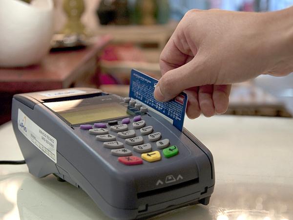 A pesar de la obligación de la AFIP, los comercios chicos, taxis y kioscos se resisten a trabajar con tarjeta de débito