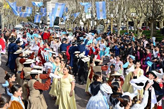 Cientos de Vecinos de San Fernando festejaron del Bicentenario en la plaza Mitre