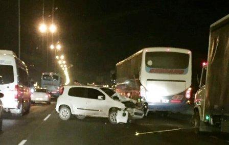 Un herido al chocar dos autos en la autopista Panamericana