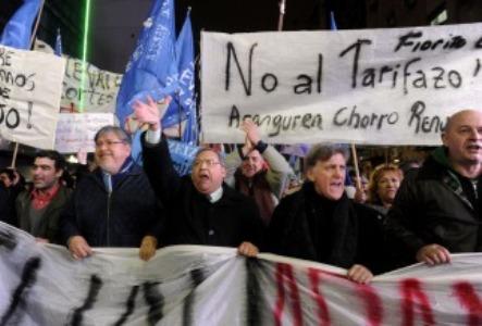 """Protestas en diferentes puntos de Buenos Aires con las consignas """"no al tarifazo"""" y """"chau Aranguren"""""""