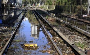 Quedaron anegadas varias cuadras en Belgrano y el Tren Mitre suspendido por el cambio de una válvula en un caño de agua