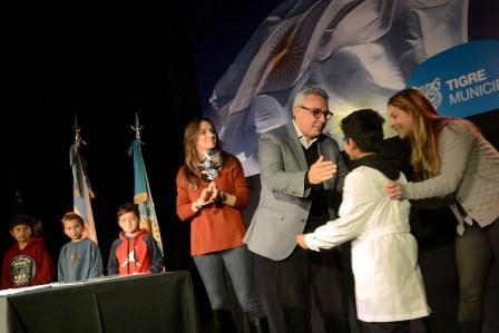 El intendente Julio Zamora y la secretaria de Política Sanitaria y Desarrollo Humano, Malena Galmarini, sortearon los incentivos económicos entre unos 50 chicos de 4to grado.