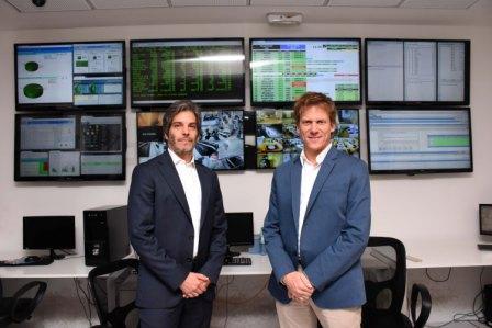 El director de ARBA, Gastón Fossati, junto al presidente de Provincia NET, Raúl Piola, luego de la firma del convenio para ampliar los servicios digitales destinados a los contribuyentes.