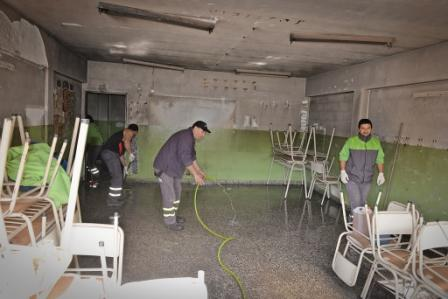 El Municipio colabora con la Provincia en los trabajos de limpieza de la Escuela N° 5