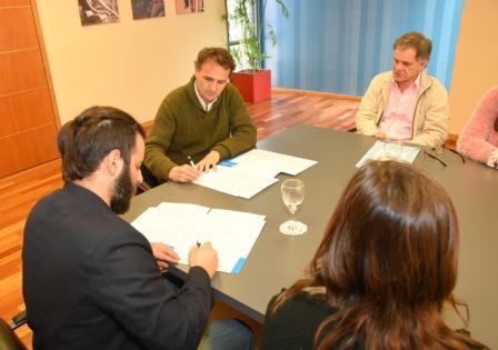 El intendente de San Martín, Gabriel Katopodis, y el presidente del Colegio de Psicólogos de la Provincia, Pedro Salas, firmaron un convenio de colaboración institucional en actividades y prácticas de mutuo interés.