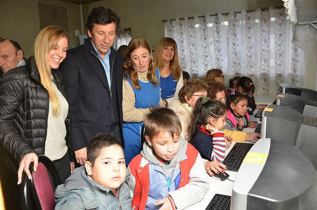 Villa Adelina: entregaron computadoras recicladas a un centro de jubilados y a jardines de infantes