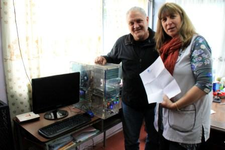 El presidente de la ONG Comunidad Organizada por San Isidro, Gonzalo Beccar Varela, realizó la entrega de una computadora a la directora Rosa Wendler de la Escuela Primaria N° 17