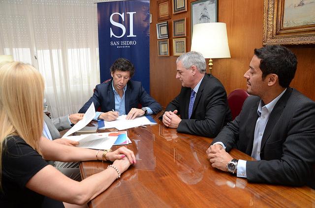 San Isidro y Fibertel firmaron un convenio para brindar internet gratis a escuelas públicas
