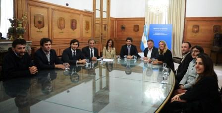 Durante la firma de convenio estuvieron presentes los funcionarios nacionales: Sebastián García De Luca, Secretario de Interior; Domingo Amaya, Secretario de Vivienda y Hábitat y Marina Klemensiewicz, Subsecretaria de Habitat y Desarrollo Humano.