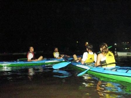 Remo en kayak, canotaje navegar en lancha, clases de polo, avistaje de aves y juegos de aventura, son algunas de las propuesta