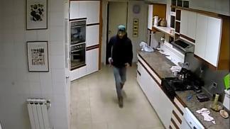 Se trata de Leandro Barzola (24), quien era uno de los dos prófugos que tiene la causa y, para los investigadores, es uno de los dos ladrones que quedó grabado por las cámaras de seguridad de la casa de Roberto Gerardo Chwat.