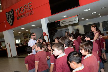 """Alumnos del colegio """"A Descubrir"""" visitaron el palacio municipal y el HCD de Tigre."""