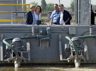 Mauricio Macri al poner en funcionamiento una planta depuradora cloacal en el partido bonaerense de Lanús