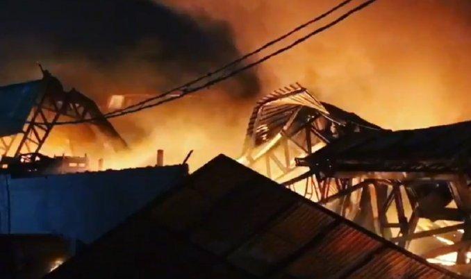 Incendio y derrumbe en una planta recicladora de Benavidez