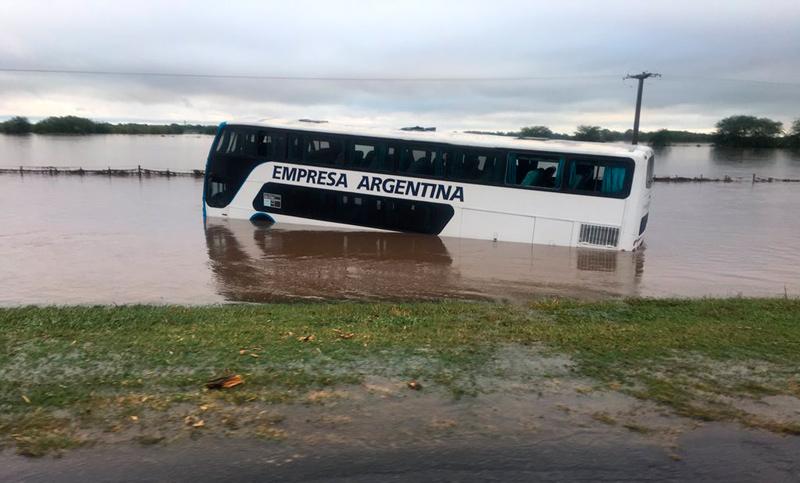 Dramático rescate de los pasajeros de un micro arrastrado por la correntada en la autopista Rosario-Buenos Aires ()