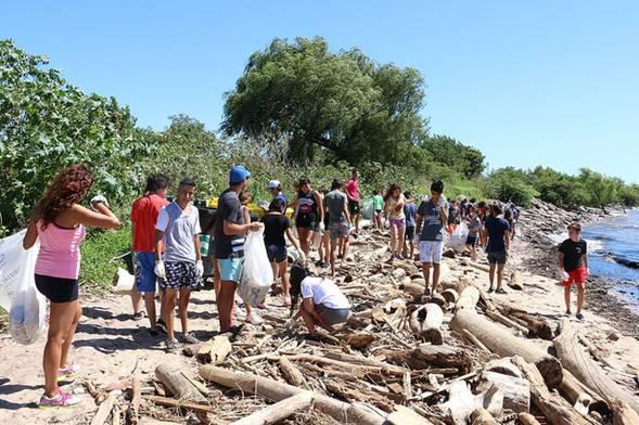 Chicos de la colonia juvenil de San Isidro participaron de una jornada de limpieza del río