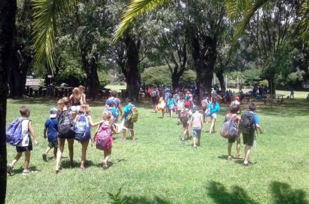 Cientos de chicos disfrutan del verano en el Polideportivo Islas