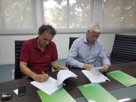 El intendente de San Martín, Gabriel Katopodis, firmó un convenio con el presidente de la Coordinación Ecológica Metropolitana Sociedad del Estado (CEAMSE), Gustavo Coria, por el cual la entidad cedió al Municipio las tierras donde está conformado el barrio Costa Esperanza. 300
