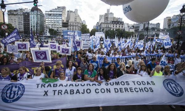 Multitudinaria marcha en el día Internacional de la Mujer