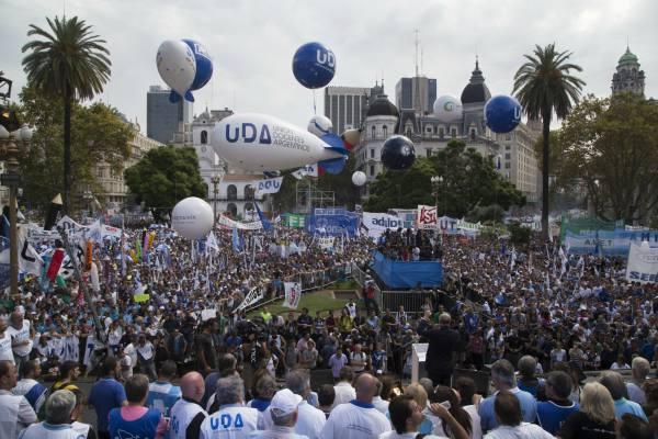 Multitudinaria marcha docente en Plaza de Mayo: reclamaron al gobierno convocar a paritarias y le lanzaron fuertes críticas