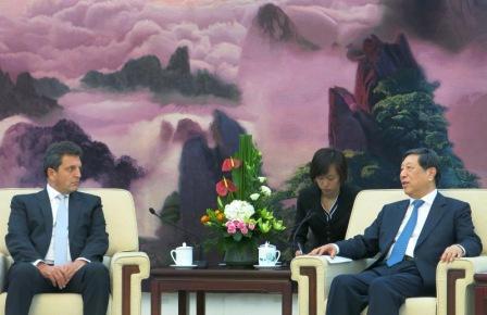 En el marco del 45 aniversario del establecimiento de las relaciones diplomáticas entre la República Argentina y la República Popular China, el diputado nacional Sergio Massa fue invitado a China, donde visitó el Centro de Estudios Argentinos del Instituto de América Latina de la Academia de Ciencias Sociales de China.