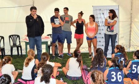 El Intendente de Vicente López, Jorge Macri, en la clínica de Hockey que se llevó a cabo en el Campo de Deportes Nº2, donde asistieron más de 100 chicas