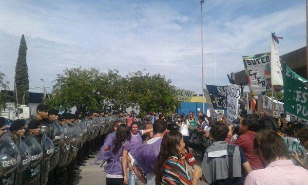 Tensión entre docentes y Gendarmería durante corte en Panamericana