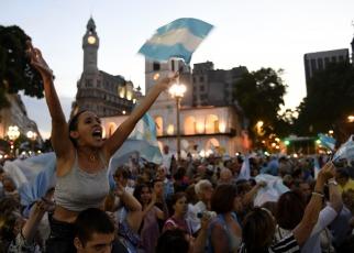 """Miles de personas se movilizaron hoy a Plaza de Mayo y en las principales ciudades del país en el marco de una marcha convocada por las redes sociales con el nombre de """"1A"""" para """"defender la democracia"""" y apoyar al Gobierno."""