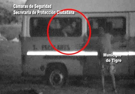 Detienen a cuatro ladrones robando objetos de una combi escolar en Tigre