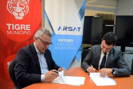 El acuerdo, firmado por el intendente Julio Zamora y el titular del ente estatal, Rodrigo de Loredo, establece la creacion de una incubadora de companias en Benavidez. También prevé la instalación en el municipio de 11 antenas V-SAT para el suministro de internet y televisión digital vía satélite.