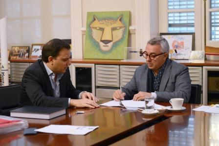 Julio Zamora suscribió la actualización de la flota de aparatos y máquinas del municipio con el sistema leasing.