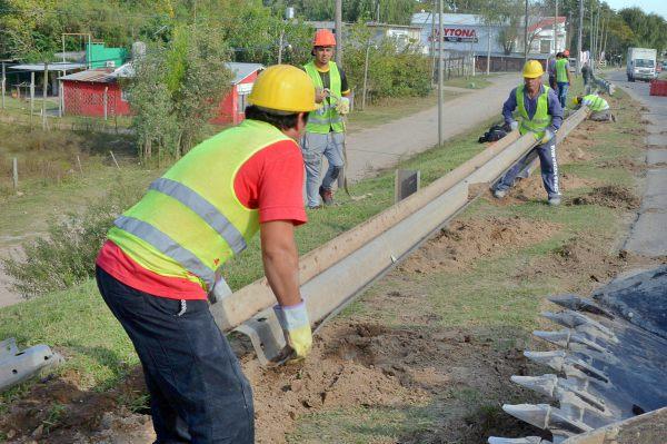 Agregan nuevos tramos de guardarraíl en el puente Guazú Nambí