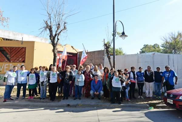 Abrazo símbolico de padres, docentes y el consejo escolar de San Fernando reclamando a provincia por las escuelas 5 y 19