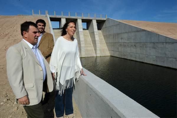 """Con la presencia de la gobernadora María Eugenia Vidal, la provincia de Buenos Aires inauguró hoy la presa """"La Isidora"""", destinada a regular los caudales fluviales y proteger de las inundaciones a la ciudad bonaerense de Azul."""