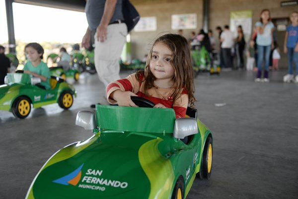 En San Fernando los chicos se divierten con los nuevos autitos en el Parque Náutico