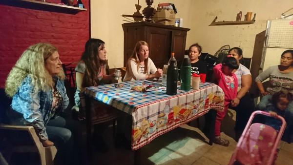 Malena Cholakian (La Néstor Kirchner), quien además preside la Comisión Mujer, Niñez y Familia, y Julieta Martínez Molto (La Cámpora-FPV), estuvieron conversando con un grupo de vecinas, escuchando propuestas, necesidades y las principales problemáticas del barrio.