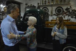 El presidente Mauricio Macri visitó hoy, junto a la gobernadora María Eugenia Vidal, a una vecina de la localidad bonaerense Villa Ballester, en el partido de San Martín, que le había enviado al mandatario un mensaje a través de las redes sociales.