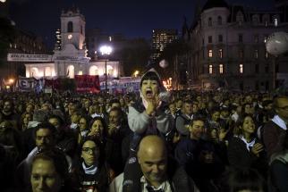 Organismos de derechos humanos, agrupaciones sociales y partidos políticos encabezaron hoy una multitudinaria manifestación en la Plaza de Mayo en repudio al fallo de la Corte Suprema de Justicia que benefició con el cómputo procesal del 2x1