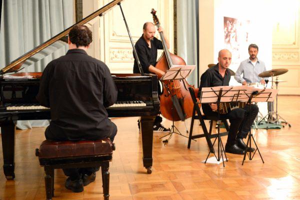 Con la presencia de los reconocidos artistas, Daniel Pipi Piazzolla,  Nicolás Guerschberg y Mariano Sivori, se llevó a cabo el primer concierto del año. La velada tuvo lugar en salón oval del Museo de Arte de Tigre.