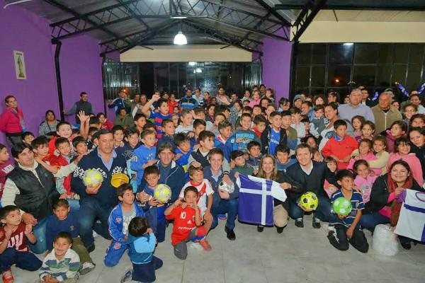 El Municipio de Tigre, entregó material deportivo para los chicos de la escuela de fútbol San Marcelino Champagnat, ubicada en la calle Rosales 699, del barrio Los Tábanos.