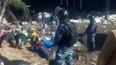 Detienen a dos policías y otras 21 personas comercializar alimentos y mercaderías vencidas que sacaban de la CEAMSE ()