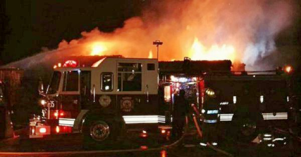 Diecinueve dotaciones de bomberos combaten un incendio en una papelera de Garín