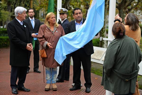 El Intendente Luis Andreotti, junto a funcionarios del departamento Ejecutivo y Legislativo local, realizó el Acto Cívico, en la Plaza Mitre, en el marco de los festejos por el 25 de Mayo.