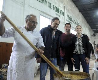 Scioli  en un locro con vecinos de Tigre en la Sociedad de fomento de Villa La Ñata