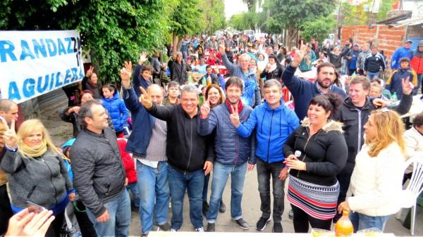 """Más de 500 vecinos y militantes, desafiaron las inclemencias del tiempo en una mañana lluviosa, para participar del """"Locro"""" Patrio organizado por el peronismo  de San Fernando,"""