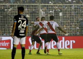 River venció con claridad a Atlético Tucumán, quedó a sólo un punto de Boca